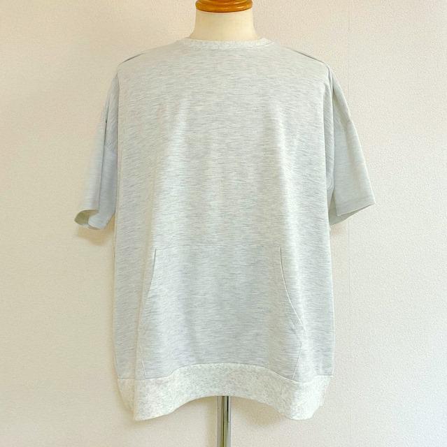 パーカーにあるようなマフポケット付きTシャツ