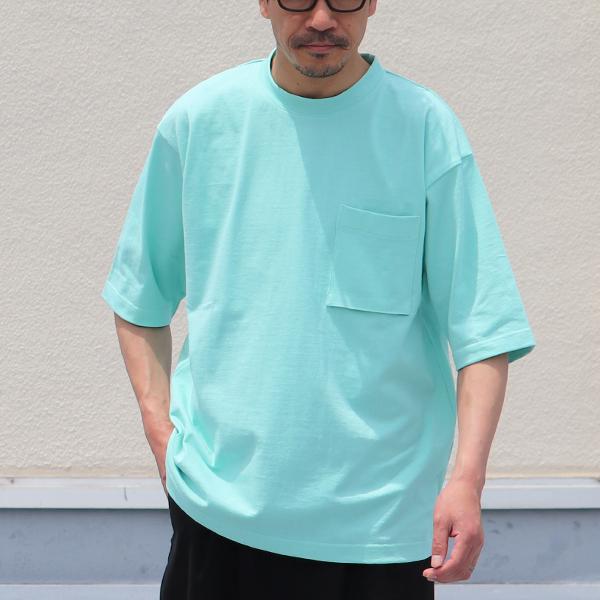 夏の日差しに映えるTシャツ